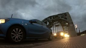 Traffico di ora di punta che attraversa il ponte di Tyne video d archivio