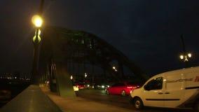 Traffico di ora di punta che attraversa il ponte di Tyne archivi video