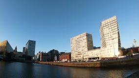 Traffico di ora di punta sul lungomare di Liverpool archivi video