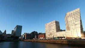 Traffico di ora di punta sul lungomare di Liverpool video d archivio