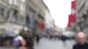 Traffico di Pedestian tramite la via della città archivi video