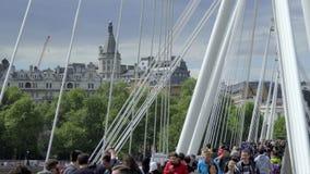 Traffico di piede sul ponte di Hungerford video d archivio