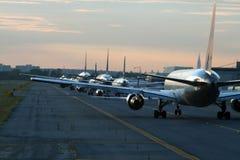 Traffico di sera all'aeroporto fotografia stock