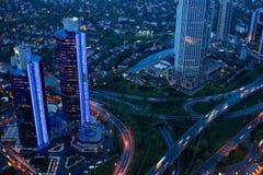 Traffico di sera nella città Vista da sopra Immagini Stock