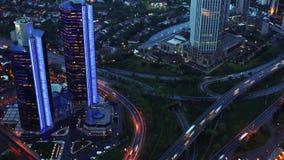 Traffico di sera nella città Vista da sopra Timelapse 4K video d archivio