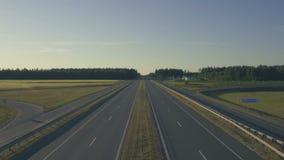 Traffico di Timelapse su una strada della strada principale, su una logistica e su un concetto moderni di viaggio Vista da sopra  stock footage