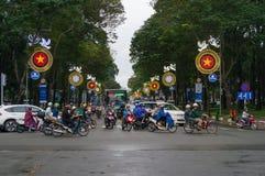 Traffico di veicoli che attraversa la via durante l'ora di punta in HCMC nel Vietnam fotografia stock