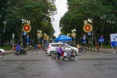 Traffico di veicoli che attraversa la via durante l'ora di punta in HCMC nella V immagini stock