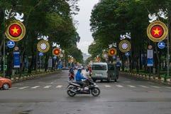 Traffico di veicoli che attraversa la via in HCMC nel Vietnam immagine stock