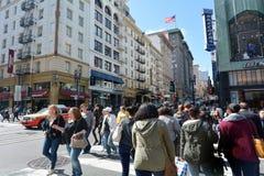 Traffico in distretto finanziario di San Francisco CA Immagini Stock