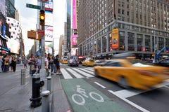 Traffico e la gente sulla via in Manhattan, NYC Immagini Stock Libere da Diritti