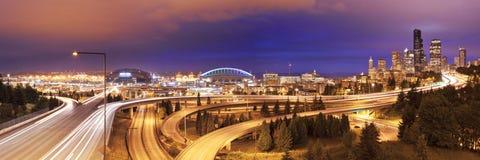 Traffico e orizzonte di Seattle, Washington, U.S.A. alla notte Fotografie Stock