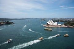 Traffico e Sydney Opera House del porto Immagine Stock