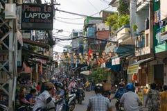 Traffico e venditori sul mercato di Cho Xom Chieu in HCMC nel Vietnam immagine stock