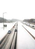 Traffico imminente in una bufera di neve Immagine Stock