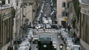 Traffico intenso in vecchie città, automobili, motociclette e bus europei moventi sulla strada video d archivio