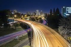 Traffico lungo di notte di esposizione a Portland, Oregon Immagine Stock