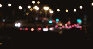 Traffico nel fondo della sfuocatura della città di notte Cerchi commoventi del bokeh di traffico di notte archivi video
