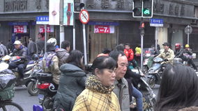 Traffico nel paesaggio urbano di Shanghai, Cina archivi video