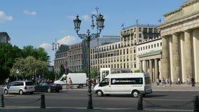 Traffico nella città di Berlino nel fondo il reichstag ed il tor di Brandenburger stock footage