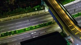 Traffico nella città Viale 4K al rallentatore, notte Traffico pesante che scorre con il moto vago dusk archivi video