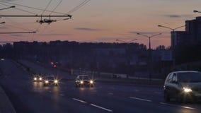 Traffico nella città Viale, notte Ingorgo stradale pesante che scorre con il moto vago dusk stock footage