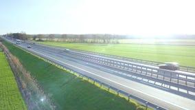 Traffico nella vista aerea della strada principale stock footage
