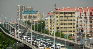 traffico occupato della città urbana moderna 4k sul passaggio, sulla via della strada principale & sulla costruzione di case video d archivio