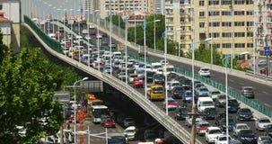 traffico occupato della città urbana moderna 4k sul passaggio, sulla via della strada principale & sulla costruzione di case stock footage