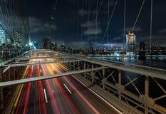 Traffico occupato di crepuscolo sopra il ponte di Brooklyn con il Lower Manhattan Skyl Fotografia Stock Libera da Diritti