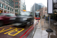 Traffico occupato di Londra nella pioggia di versamento Fotografia Stock