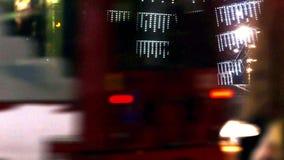 Traffico occupato di notte archivi video