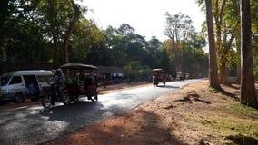 Traffico pesante dai tuktuks ai tum Keo in Siem Reap stock footage
