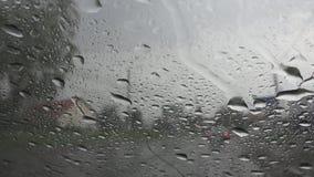 Traffico in pioggia in città, conducente automobile, tempesta pesante sulla strada, strada principale, gocce piovose fotografia stock