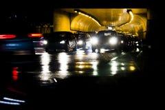 Traffico piovoso di notte davanti ad un tunnel Fotografia Stock Libera da Diritti