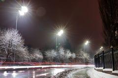 Traffico rapido alla notte Stagione di inverno concetto della strada, la rimozione del ghiaccio e della neve, il pericolo e la si fotografie stock
