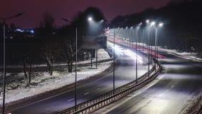 Traffico rapido alla notte Stagione di inverno concetto della strada, la rimozione del ghiaccio e della neve, il pericolo e la si stock footage