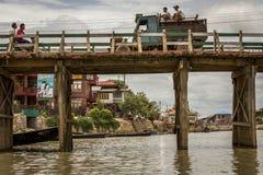 Traffico sopra il ponte nel Myanmar Fotografia Stock