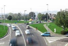 Traffico stradale alla giunzione della rotonda Fotografie Stock Libere da Diritti