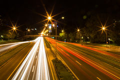 Traffico stradale alla notte, esposizione lunga Fotografia Stock