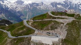 Traffico stradale del picco di montagna delle alpi stock footage