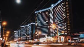 Traffico stradale della città di notte di Timelapse, multi case di storia decorate con le luci principali archivi video