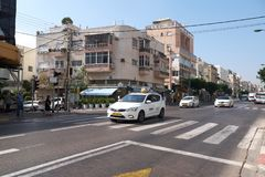 Traffico stradale giù la via a Tel Aviv, Israele Immagine Stock