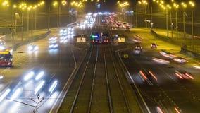 Traffico stradale intensivo sulla strada alla notte stock footage
