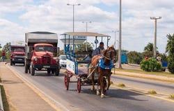 Traffico stradale occupato in Cuba immagine stock libera da diritti