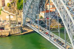 Traffico stradale sopra il ponte di Oporto Immagini Stock Libere da Diritti