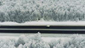 Traffico stradale in un giorno nevoso freddo di inverno Guida di veicoli nel traffico su una strada innevata stock footage