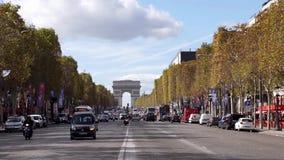 Traffico su Champs-Elysees con Arc de Triomphe nel fondo archivi video