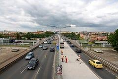 Traffico su una strada principale immagine stock