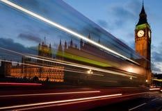 Traffico sul ponticello di Westminster alla notte Fotografie Stock